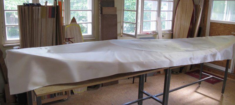Die Glasfaser-Verstärkung für das Deck ist zugeschnitten und zum Laminieren bereit