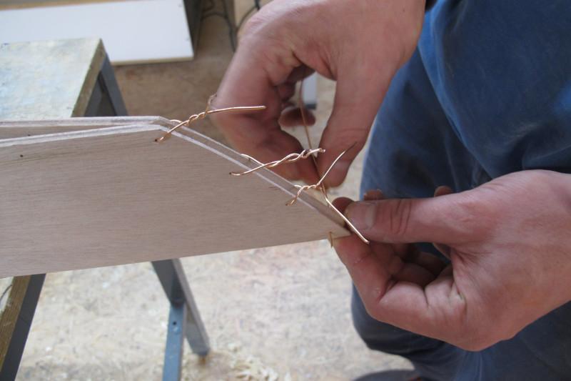 Einer der ersten Arbeitsschritte: Nähen der Seitenteile am Bug