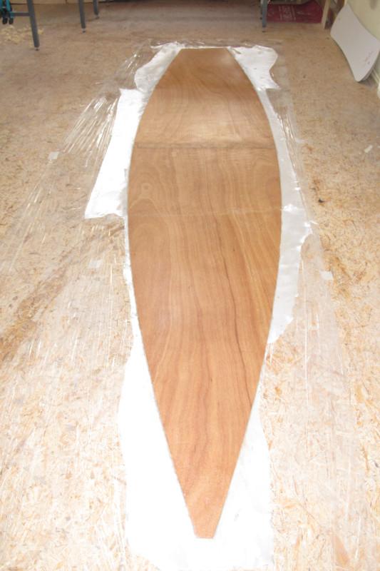 Das Deck wird auch auf der Unterseite mit Glasfasern laminiert.